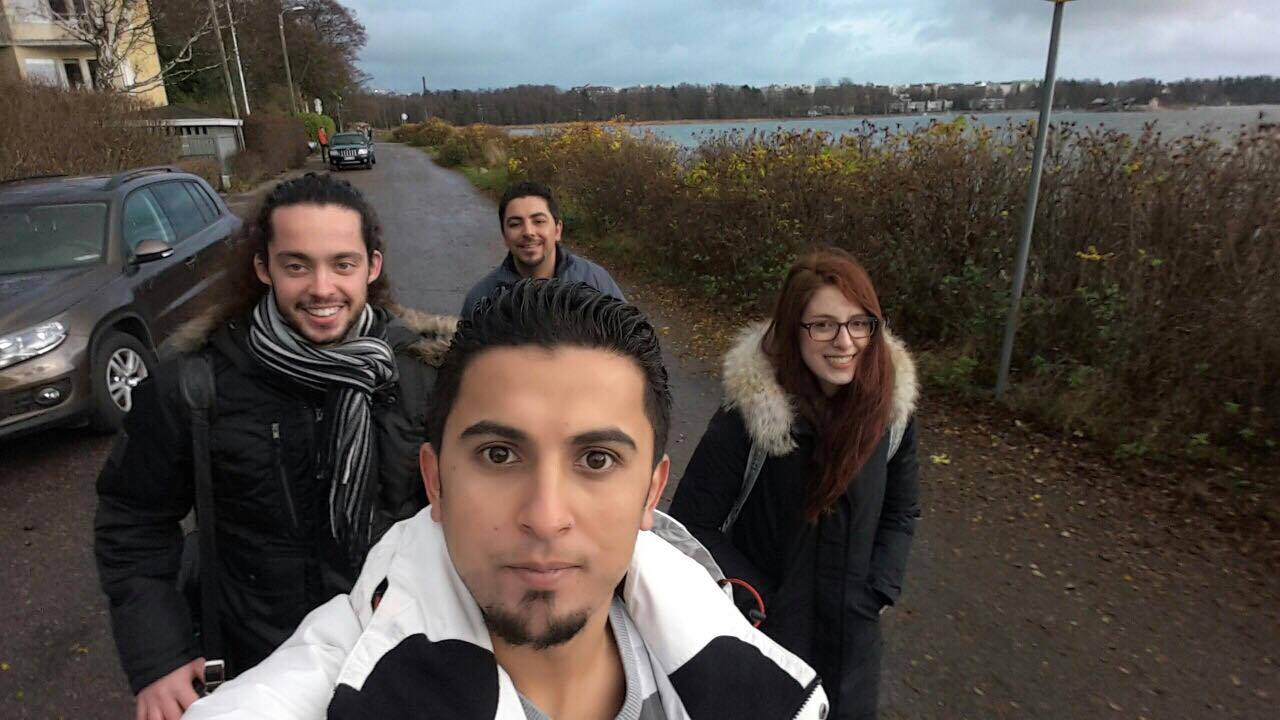 La sottoscritta insieme ad Ali (in primo piano), suo fratello (dietro di lui) e un nostro amico (a sinistra).